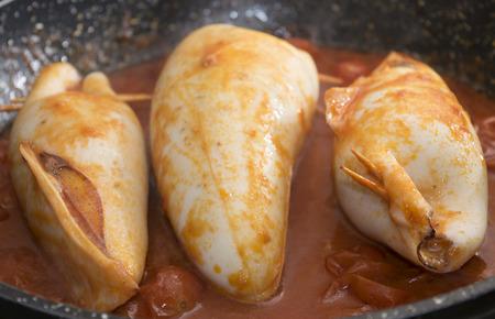 Gefüllte Tintenfische mit Tomatensauce gebraten Standard-Bild - 50185993
