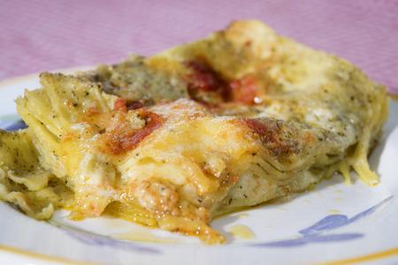lasagne al pesto genovese di basilico con pomodorini Archivio Fotografico