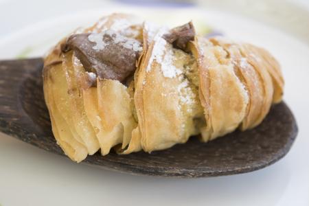 krokante Napolitaanse sfogliatella met poedersuiker en gevuld met gesmolten chocolade en