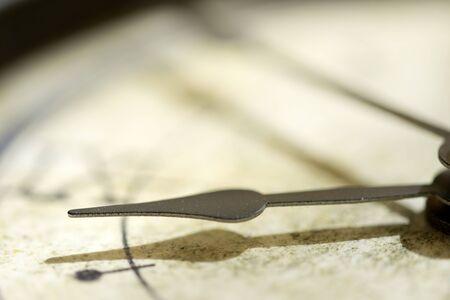 Konzept der Zeit mit dem Detail einer Hand einer alten Uhr