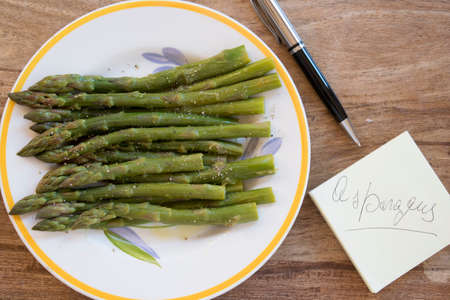 postit: bunch of steamed asparagus with the writing on the post-it Stock Photo