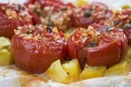 Runde Tomaten gefüllt mit Reis und Mozzarella und gebacken Standard-Bild - 60416529