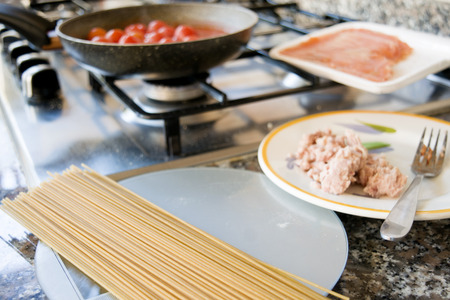 stovetop: preparation of wholemeal spaghetti with tomato sauce