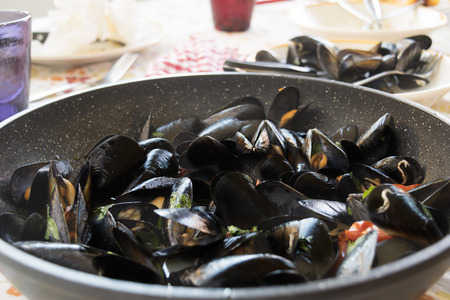 peppered: peppered mussels Neapolitan dish consisting of mussels cooked with tomatoes and seasoned with pepper Stock Photo
