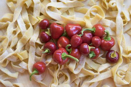 nudelholz: hausgemachte Pasta mit Peperoni Fettuccine alfredo vorzubereiten