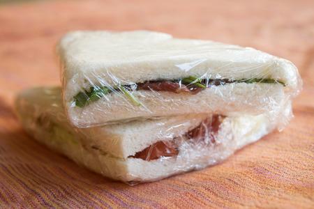gefüllte Sandwiches zum Mitnehmen in transparenter Folie verpackt Standard-Bild