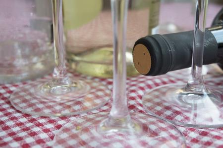 knelpunt van een verouderende rode wijn door de stingel van de fluit