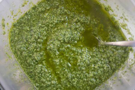 salsa di pesto di basilico fatta a mano a casa Archivio Fotografico