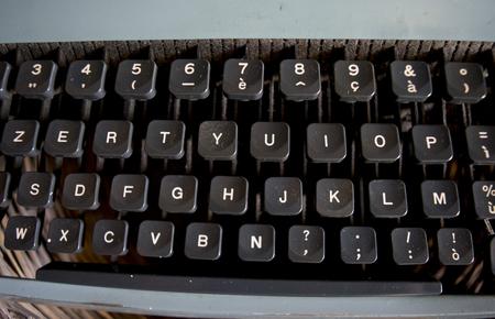 Dettaglio di una tastiera di una macchina da scrivere d'epoca Archivio Fotografico - 88589154