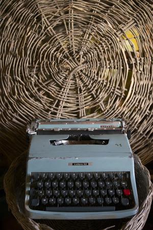Vecchia macchina da scrivere con chiavi manuali ora oggetto d'antiquariato Archivio Fotografico - 88587696