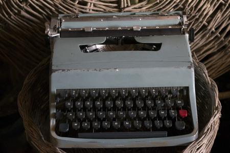 Vecchia macchina da scrivere con chiavi manuali ora oggetto d'antiquariato Archivio Fotografico - 88589169