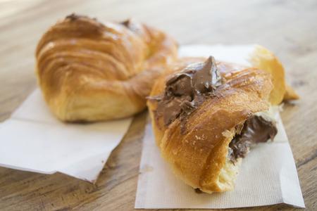 Demi-coupe au chocolat fourré farci au chocolat fondu Banque d'images - 90088871