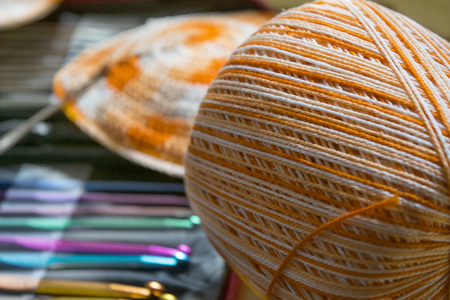 preparing a bikini with tools for crochet and colored skein Archivio Fotografico