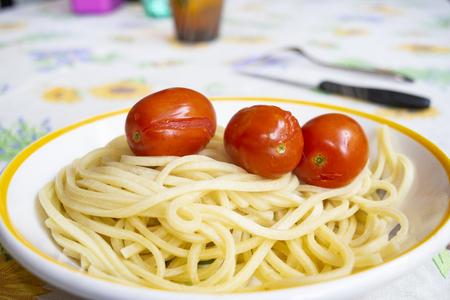 guitar spaghetti with fresh cherry tomatoes Archivio Fotografico - 122216299