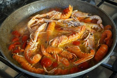 prawn sauce with pachino tomatoes in pan Standard-Bild - 115910799