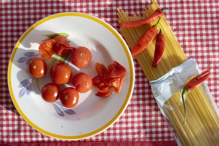 spaghetti  èasta with arrabbiata sauce made with fresh cherry tomatoes and hot chili pepper Standard-Bild - 115910806