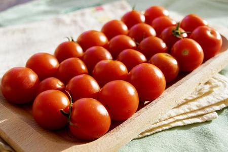 fresh pachino tomatoes in a wooden bowl Standard-Bild - 115910811