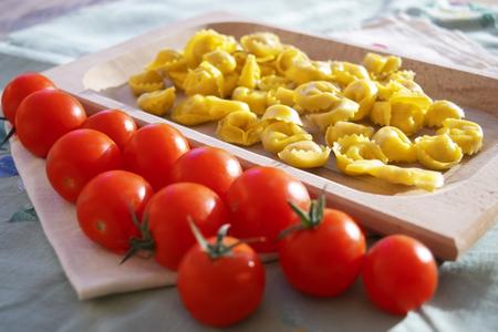 raw stuffed tortellini with pachino tomatoes Archivio Fotografico - 117470575