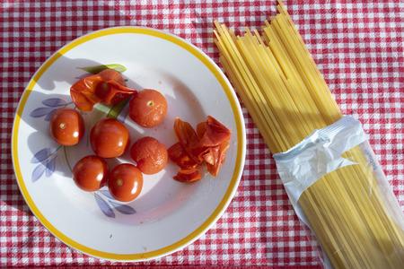 spaghetti pasta with fresh cherry tomatoes Standard-Bild - 115910764