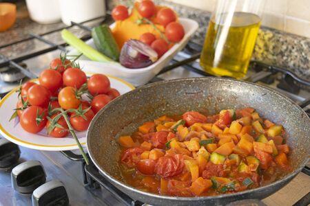 cuocere il ragù di verdure in padella
