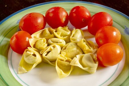 filled tortellini with fresh pachino tomatoes Archivio Fotografico - 142664094