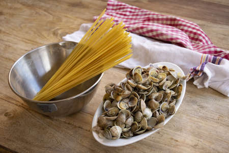 preparing spaghetti with small clams or telline