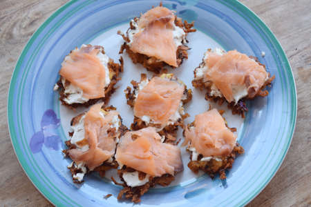 A plate of swiss rösti with cheese and smoked salmon Stockfoto