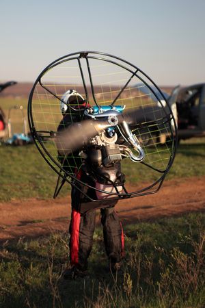 thrust: preparation of a paraglider with a motor for takeoff, the check engine thrust