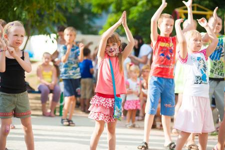 Gelukkige kinderen op de partij buiten, in de zomer. Redactioneel