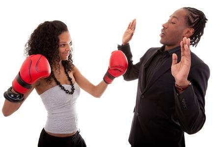 novios enojados: Negro de j�venes mujeres y hombres boxeo