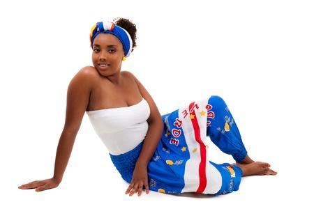 donne obese: Bella ragazza adolescente africana, indossando abiti tradizionali, isolati su sfondo bianco
