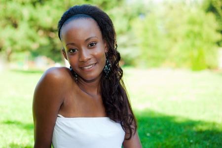 fille noire: Outdoor portrait d'une jeune belle fille afro-am�ricaine Banque d'images