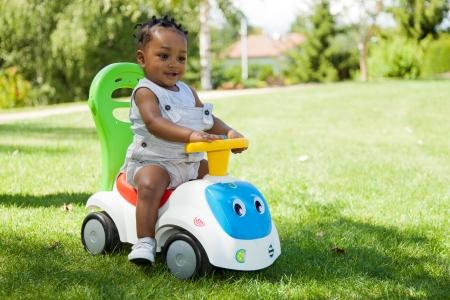 minor�a: Adorable peque�o ni�o africano americano beb� jugando