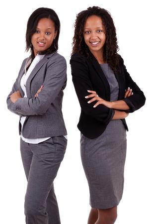 businesswoman suit: Africanos womans negocio americano con las manos cruzadas, aislados sobre fondo blanco