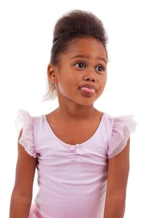 lengua afuera: Linda Africana asiática niña pegarse lengua fuera aislado en fondo blanco