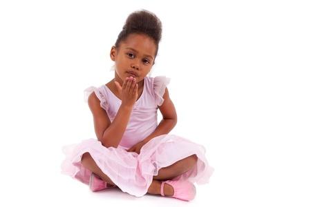 bebe sentado: Linda ni�a africana asi�tica sentada en el suelo, aisladas sobre fondo blanco