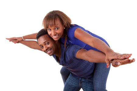 negras africanas: Retrato de una feliz pareja de americanos africanos se divierten juntos contra el fondo blanco