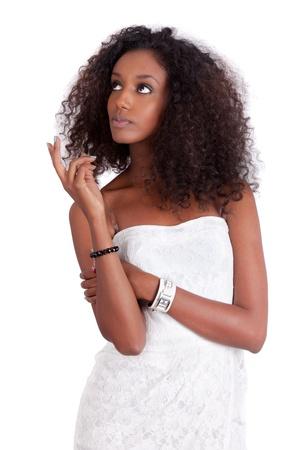 cabello rizado: Joven mujer de raza negra mirando hacia arriba, aislados en fondo blanco Foto de archivo