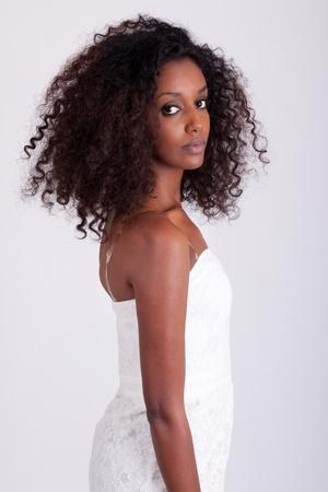 hair dress: Retrato de una joven y bella mujer de raza negra Foto de archivo