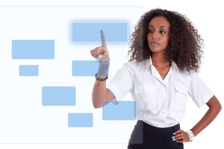 touchscreen: Joven mujer africana de negocios americano empujar o se�alando una pantalla transparente sobre fondo blanco