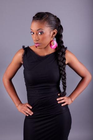 trenzas en el cabello: Joven hermosa mujer africana posando