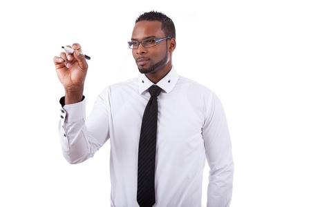 hombre escribiendo: Hombre joven africana de negocios estadounidense que est� escribiendo algo a bordo de vidrio con un marcador Foto de archivo