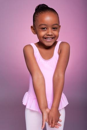 ballet: Retrato de una linda muchacha afroamericana vestida con un traje de ballet