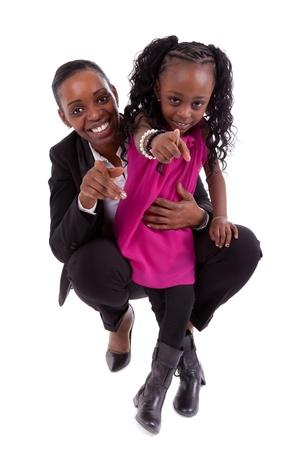 mujer hijos: Madre feliz africano con su hija, aisladas sobre fondo blanco