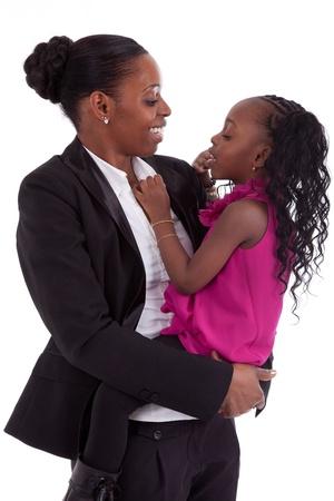 ni�os africanos: Madre feliz africano con su hija, aisladas sobre fondo blanco