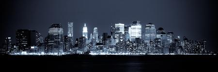 городской пейзаж: Нью-Йорк - Панорамный вид Manhattan Skyline ночью Фото со стока