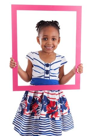 Portrait d'une jolie petite fille afro-américaine, la tenue d'une trame d'image, isolé sur fond blanc Banque d'images