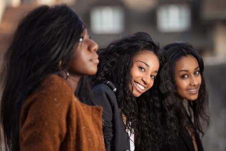 african student: Ritratto all'aperto di giovani felici africano ragazza adolescente americano