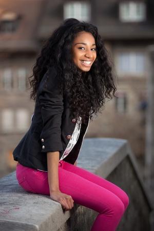 american african: Outdoor di un felice ritratto di giovane ragazza adolescente africano americano Archivio Fotografico