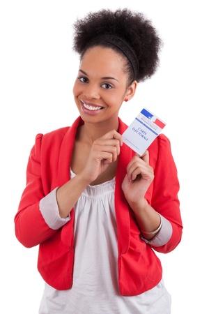 encuestando: Mujer joven que sostiene una tarjeta electoral francés, aisladas sobre fondo blanco